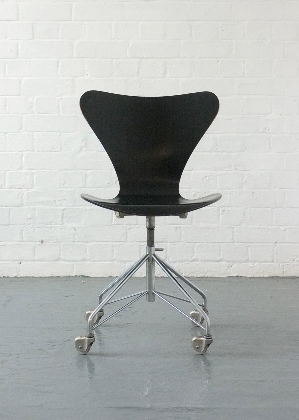 3107 swivel desk chair by Arne Jacobsen